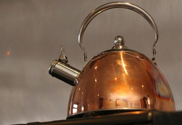 Сильний наліт в чайнику. Як почистити чайник від накипу лимонною кислотою,» кока-колою  та іншими підручними засобами? чим відмити чайник зовні