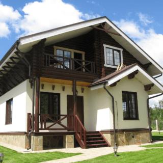 Колір фасаду будинку з коричневими вікнами. Яким кольором можна пофарбувати будинок зовні-фото і варіанти